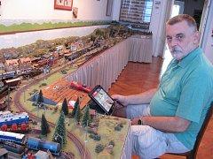 Kastelán Jan Souček ovládá své železniční království bezdrátově přes tablet.