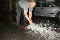 Průtrž mračen zkomplikovala život Ústečanům a zaměstnala jednotky dobrovolných i profesionálních hasičů po celém Ústecku. Nejhorší situace byla v Tíništi u Zubrnic, kde přívalová voda zaplavila čtyři domy.