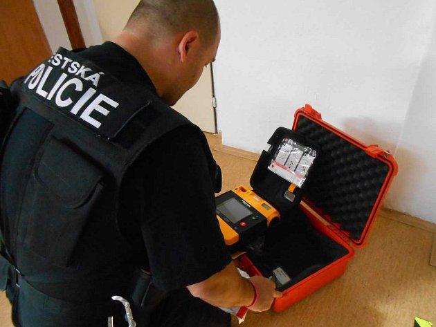 Strážníci použili defibrilátor.