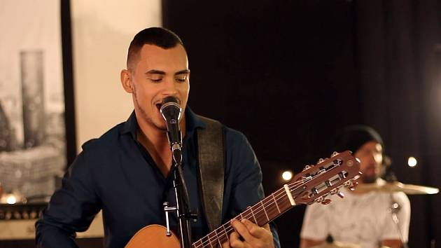 Před Hraničářem bude hrát a zpívat bude Santiago Ferreira.