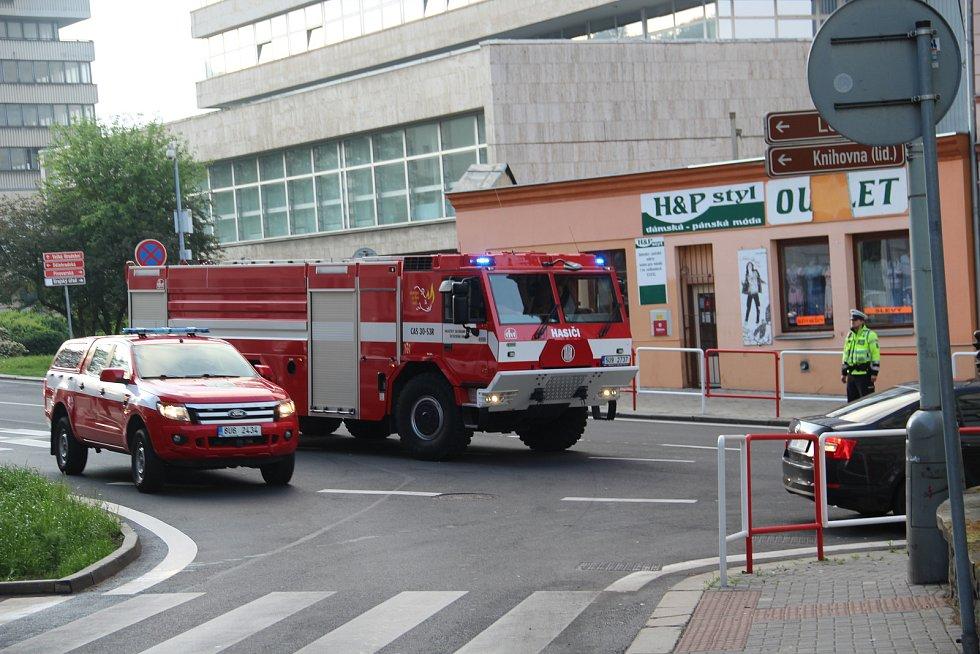 V centru Ústí hořel byt. Obyvatelé domu museli být evakuování.