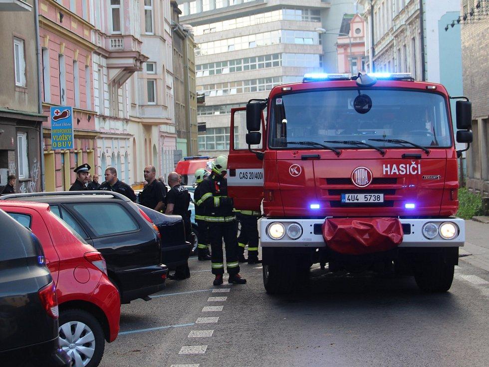 V centru Ústí hořel byt. Obyvatelé domu museli být evakuováni.