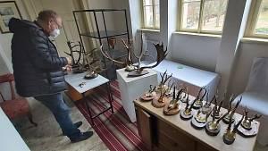 Kastelán zámku Velké Březno popisuje postupné restaurování originálního Edisonova fonografu, předchůdce gramofonu. Též popisuje jeho funkci a užití.