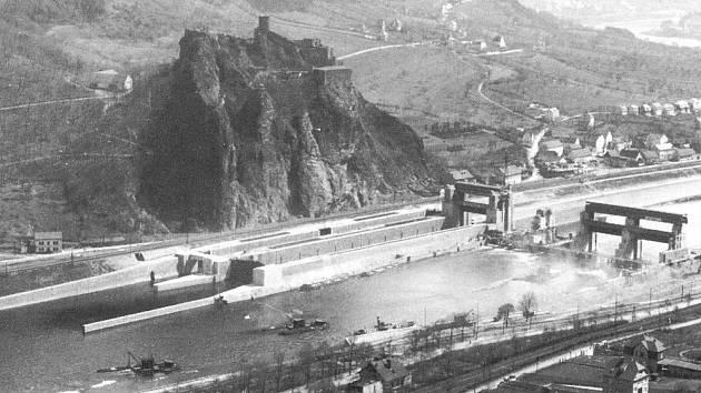 ROZESTAVĚNÝ JEZ. Pohled na Masarykova zdymadla během stavby, která trvala třináct let a na níž pracovalo 500 dělníků najednou.