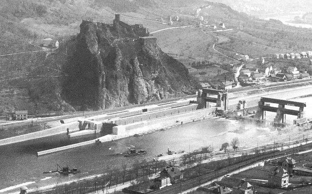 ROZESTAVĚNÝ JEZ. Pohled na Masarykova zdymadla během stavby, která trvala třináct let a na níž pracovalo 500dělníků najednou.