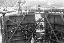 PLAVEBNÍ KOMORA. Rozestavěná vrata plavební komory Masarykových zdymadel. Kvůli základům bylo potřeba svést Labe do náhradního koryta.