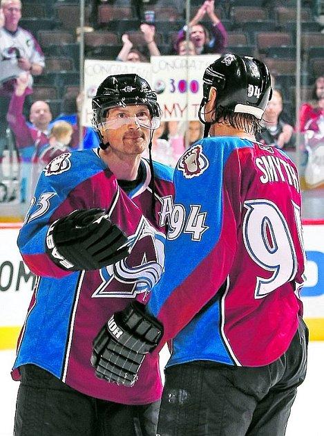 Spoluhráči z Colorada Milan Hejduk (vlevo) a Ryan Smyth si navzájem blahopřejí ke třístým gólům v NHL.