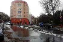 Betonový trojúhelník v Bělehradské ulici řidiče štve, považují ho za nebezpečný.