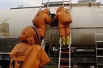 Hasiči ústecké Spolchemie při nácviku likvidace úniku kyseliny chlorovodíkové. Ilustrační foto