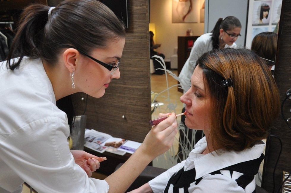 Slavnostní večer v Teplicích začínal v pět. Dámy musely dorazit o dost dřív, aby je ve studiu stihli připravit. Na snímku kosmetička Míša Šedivá s Danielou Jenčovou.