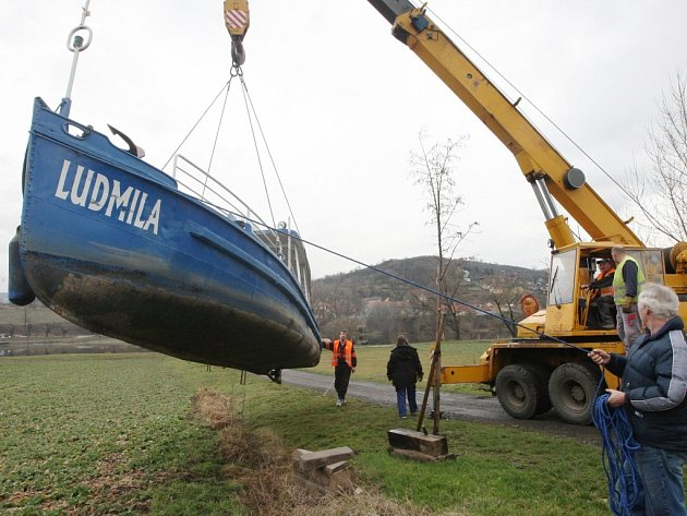Loď přes řeku přepraví první turisty z Malých do Velkých Žernosek a naopak už tuto sobotu. Víkendový provoz pak od května nahradí celotýdenní.