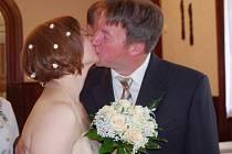 Vzkázat všem, máme se rádi a chceme spolu žít v manželství, přišli v sobotu 15. 6. 2013 v 10.30 hodin do ústecké obřadní síně ve vile Ignaze Petschka snoubenci Zdeněk Janů a Anna Barášková.