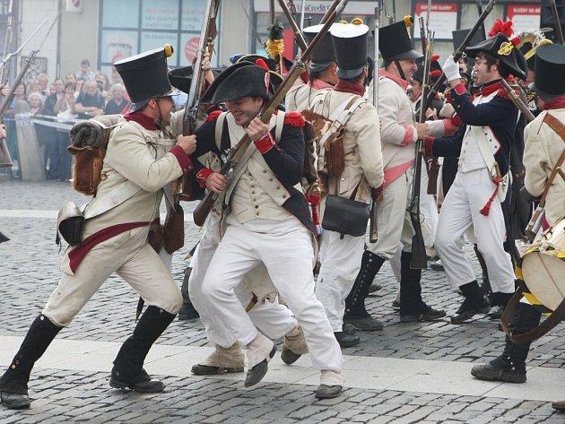 Doslova nacpané Mírové náměstí obsadily historické vojenské jednotky, které předvedly rekonstrukci bojů v době císaře Napoleona.