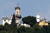 Observatoř na vrcholu Milešovky, která leží v nadmořské výšce 837 metrů, a její věž, z níž je úchvatný pohled na všechny světové strany.