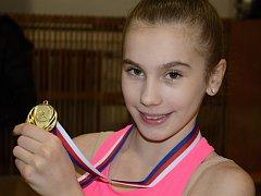 Kateřina Savková, mladá gymnastka z Ústí, se chlubí zaslouženou medailí.