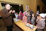 Šestačtyřicet žáků prvních tříd Základní školy Velké Březno převzalo pololetní vysvědčení v pavilonu šelem ústecké zoologické zahrady.