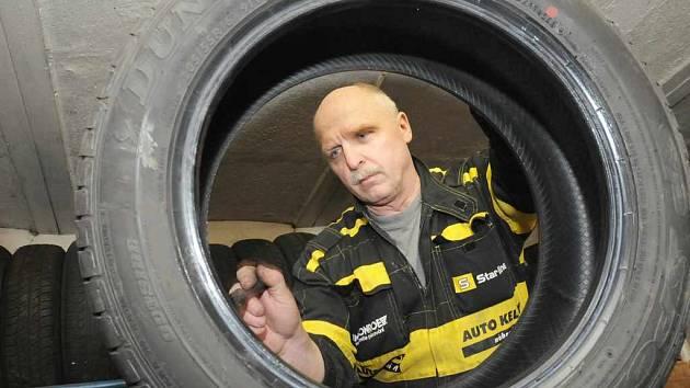 Přezouvání pneumatik.