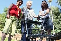 Seniorku Věru Steklou (uprostřed) v Domově důchodců Dobětice navštěvují Helena Hübschová (vpravo) a Marcela Fridrichová, obě v současné době bez práce.
