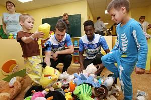 Fotbalisté Army přivezli dětem do Masarykovy nemocnice plyšáky, které jim diváci přinesli na poslední zápas.