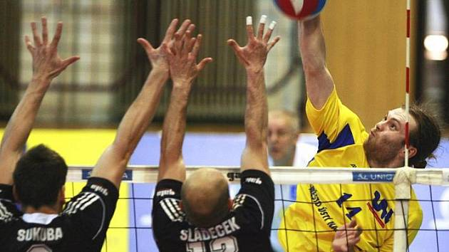 Ústečtí volejbalisté (smečuje Vampola) bojovali ze všech sil, i přesto ale na palubovce Českých Budějovic prohráli i druhý čtvrtfinálový zápas.