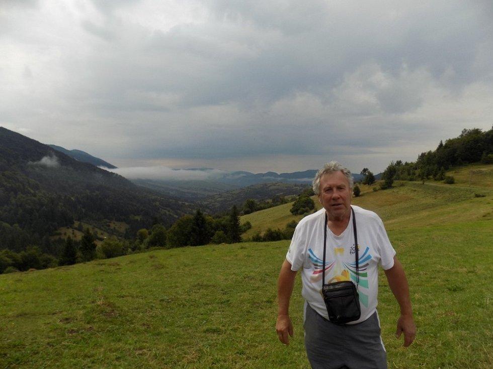 Sinevirský pereval (průsmyk, sedlo) – vzadu Polonina Boržava, kam polezeme