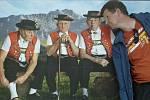 Jiřina Vaníková z Horního Jiřetína fotila ve švýcarském městečku Täsch u Zermattu manžela s těmito fešáky.