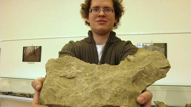 Radoslav Kindl se svým prvním objevem malnickým řasákem se zbytky druhorních zkamenělých lastur. Jejich stáří je asi 145 milionů let.