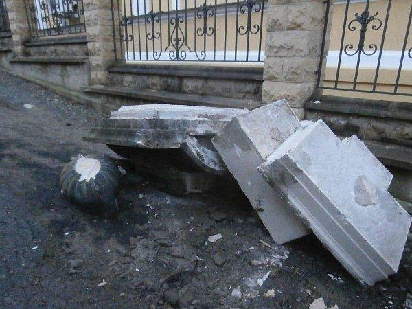 Popelářský automobil porazil historický sloup. Oprava přijde minimálně na sto tisíc korun.