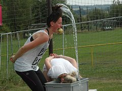 V Libouchci soutěžící drželi jablka v zubech a běhali na lyžích.