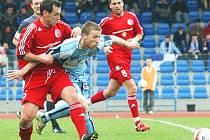 Ústecký špílmachr Jan Martykán (uprostřed) byl v utkání s Třincem nejlepším hráčem na hřišti a jeho branka z 86. minuty nakonec rozhodla o vítězství Severočechů.