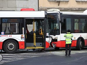 Autobus se srazil s trolejbusem.