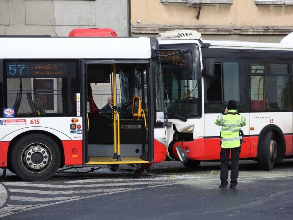 Srážka autobusu s trolejbusem. Ilustrační fotografie.