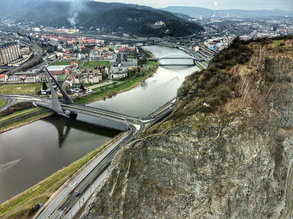 Podívejte se, jak vypadá krajské město z ptačí perspektivy. Na snímku jsou mosty E. Beneše a Mariánský most společně s lomem na Mariánské skále.