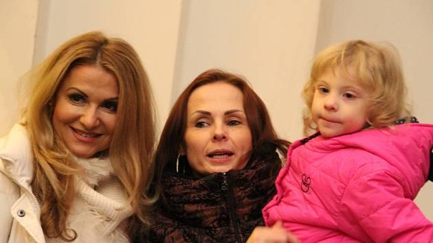 Tříletá Leonka a její dvě dobré víly: vlastní babička z Rumburka a zpěvačka i herečka Yvetta Blanarovičová.