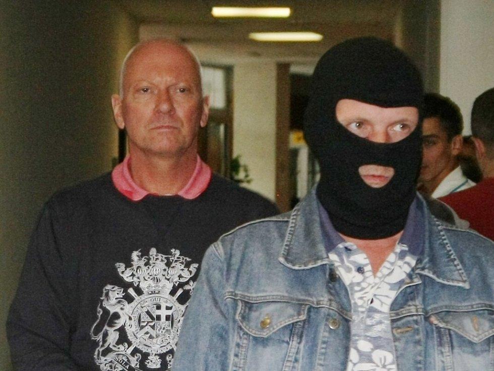 Do soudní síně bývalý náměstek Pavel Kouda vstupoval s kamenným výrazem ve tváři.