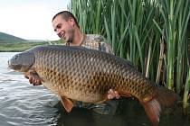 Chytit takového kapra na jezeře Dělouš není nic výjimečného, Jen ho pak musíte pustit. Smí sem pouze rybáři, pro které tu vyrostlo i zázemí.