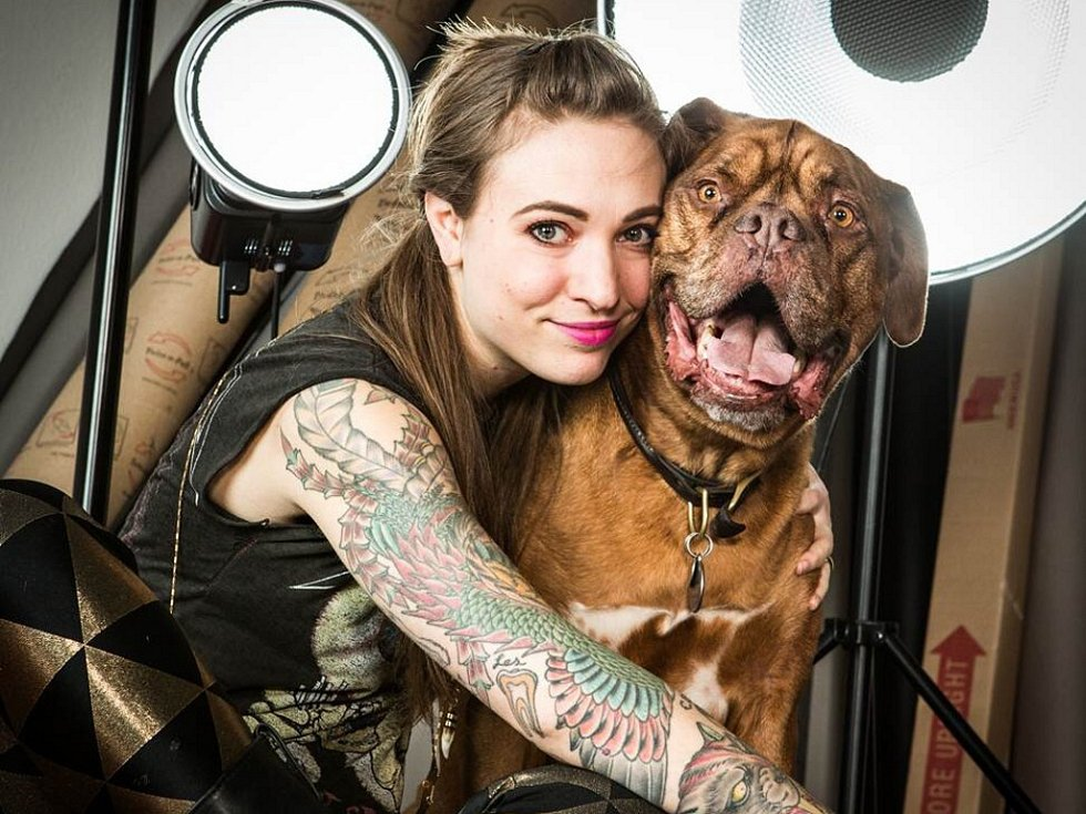 Carli Davidson se svým psím modelem.