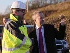 Odklízení sesuvu dálnice D8 řeší ministři Richard Brabec a Daniel Ťok.