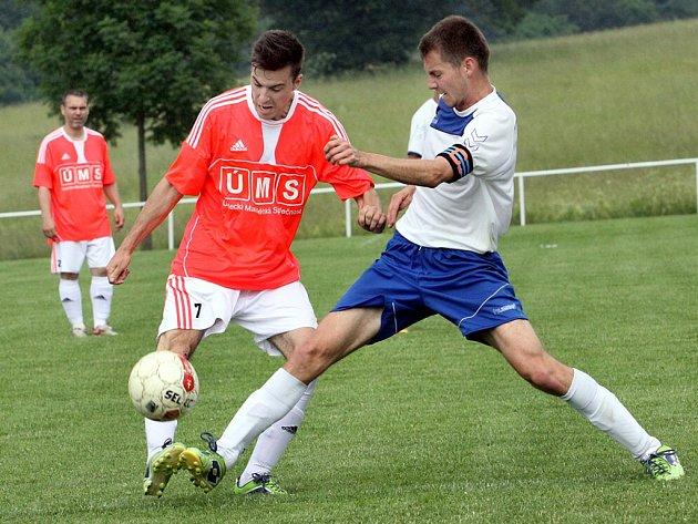 Další porážku v 1.A třídě utrpěli fotbalisté Hostovic (v oranžových dresech).