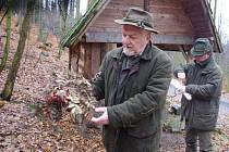 Krmení lesní zvěře se myslivci Bohumír Freiberg a jeho syn Miloslav věnují několikrát týdne. Zásobují krmelce v okolí Liščího kamene nedaleko Libouchce.