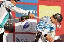 Lukáš Měchura (vpravo) pod sprškou šampaňského.