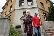Jana Pavelková před domem hrůzy, kde žije s problémovými nájemníky