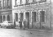 Vytlučená okna a poškozená fasáda sovětské komandatury.