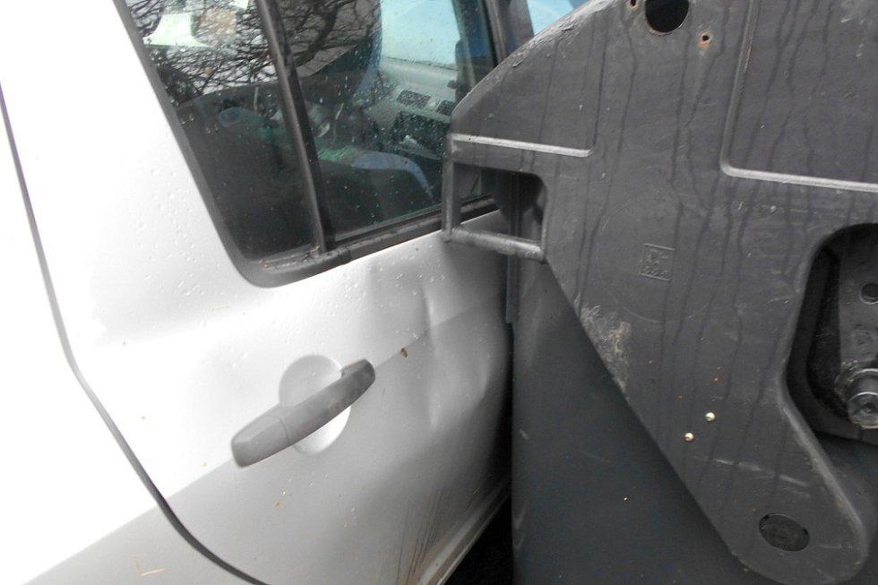 Vústecké ulici Stavbařů poryv větru odhodil kontejner na osobní vozidlo a poškodil jeho pravý bok
