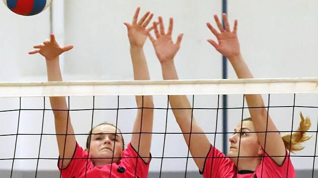 Volejbalistky Slovanu Chabařovice (v růžovém) zvládly dvojutkání proti Volejbalu Plzeň B vítězně a vedou skupinu 2. ligy.