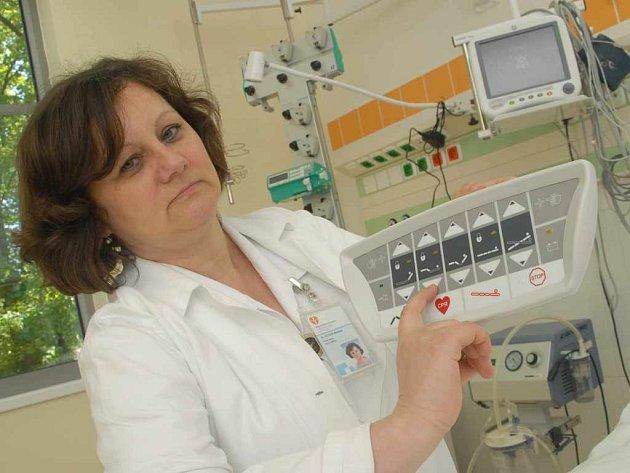 Vrchní sestra Miloslava Hotová s novými přístroji infekčního oddělení Masarykovy nemocnice