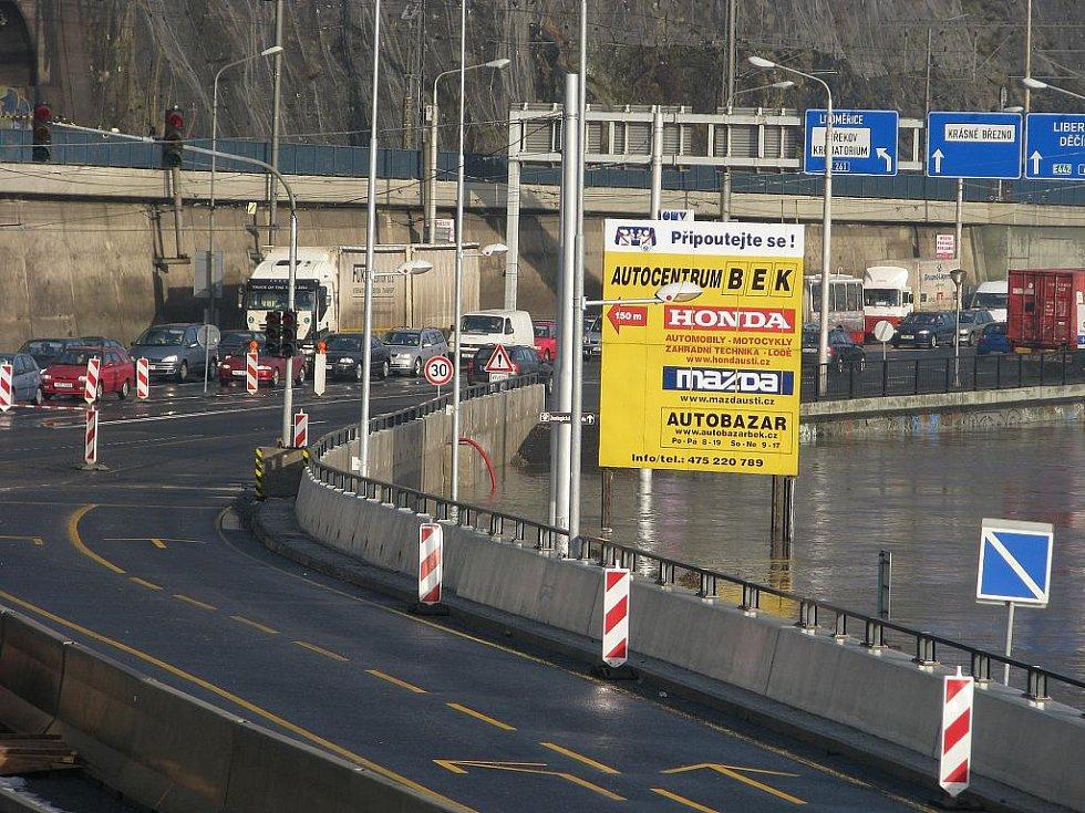 Vzedmutá hladina Labe zaplavila Přístavní ulici.