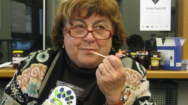 Rok 2009: Jednu z nejlepších marmelád degustuje porotkyně Bohumila Holíková z KC Řehlovice.