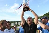 Svatopluk Habanec se raduje s pohárem pro vítěze druhé ligy. V anketě Ústeckého deníku se stal Trenérem roku.