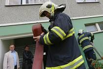 Požár v 10. patře vyhnal lidi z věžáku v Doběticích.